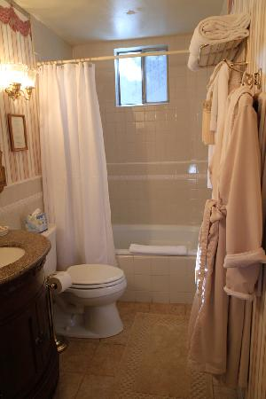 La Belle Epoque: Very clean bathroom with all amenities you need