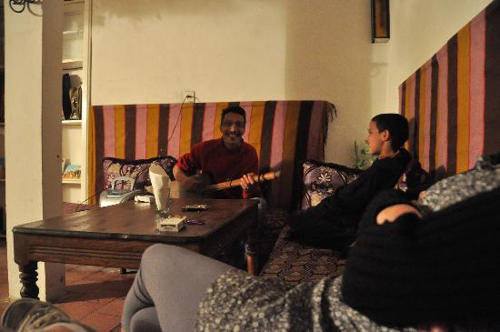 Chez Brahim : moment de detente en écoutant Saïd et son fils jouer de la musique traditionnellle