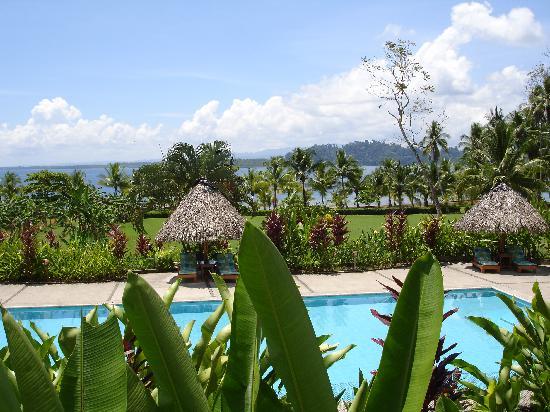 Villas Corcovado: Blick vom Restaurant auf Pool & Meer & Gartenanlage