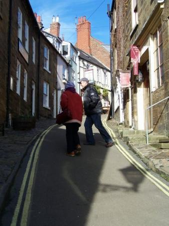 Robin Hood's Bay, UK: Yes, the main street of Robin Hood's Cove really IS this steep and yes, vehicles do traverse thi