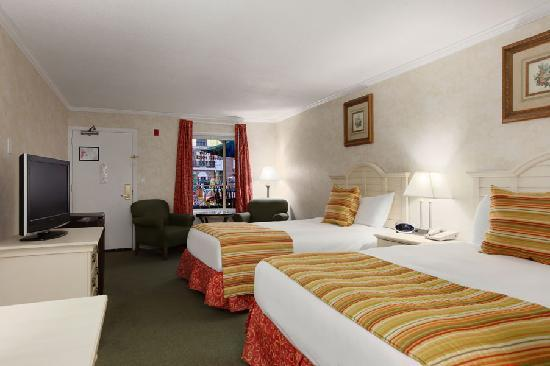 Howard Johnson Burlington: Superior Double Queen Room
