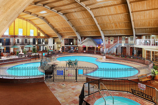Howard Johnson Burlington: Atrium and Pool