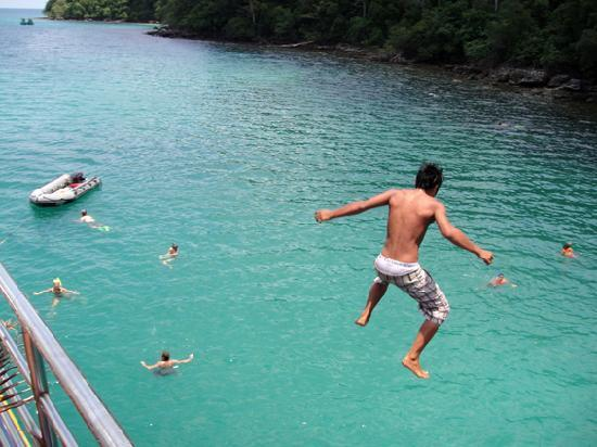 Sihanoukville, Καμπότζη: Jumping off Sun Boat