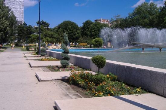Constanza, Rumania: Constanţa: Fountain and gardens opposite the railway station