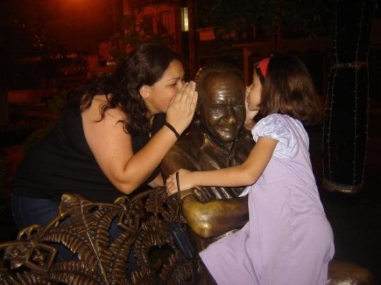 Serra Negra, SP: Just pranking a little with the statue