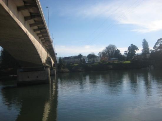 Puente Pedro Valdivia en el río Valdivia-CHILE.