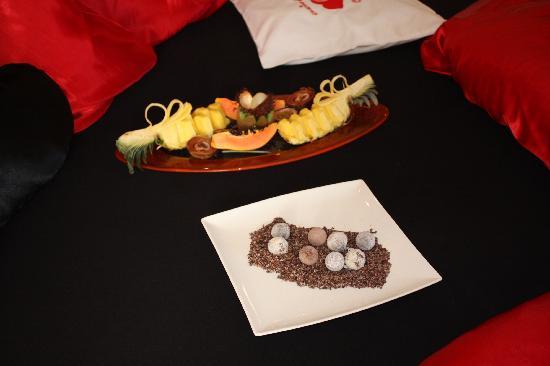 Luxury DolceVita Resort Preidlhof: frutta e cioccolatini in camera