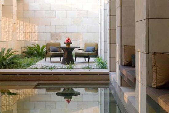 The Lodhi: swiming pool in room