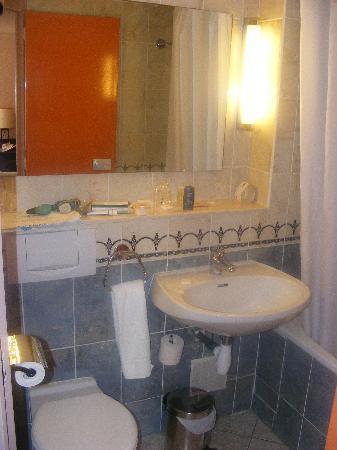 Comfort Hotel Cachan: Bathroom again