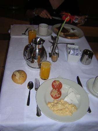 Hotel Elba Sara : Presentación de las mesas para el desayuno