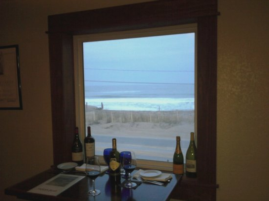 Ocean Boulevard Bistro & Martini Bar : Our romantic window with red wine and the view