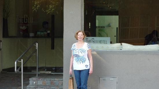 The Glu Hotel: Jo-Ann in front of the hotel