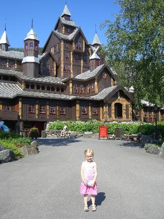 Hunderfossen Familiepark: Take a look inside the castle!