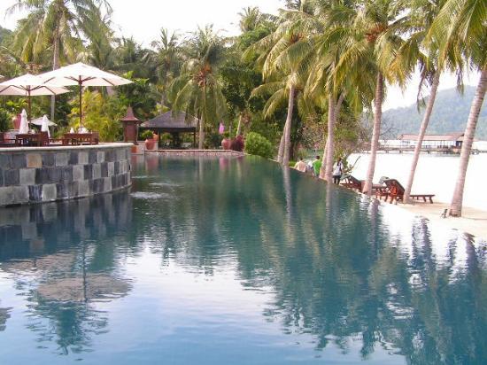 Lumut, Malezja: Uma das piscinas que parece continuar no mar. Só que eu (!!!) só tinha pé na borda. Não são feit