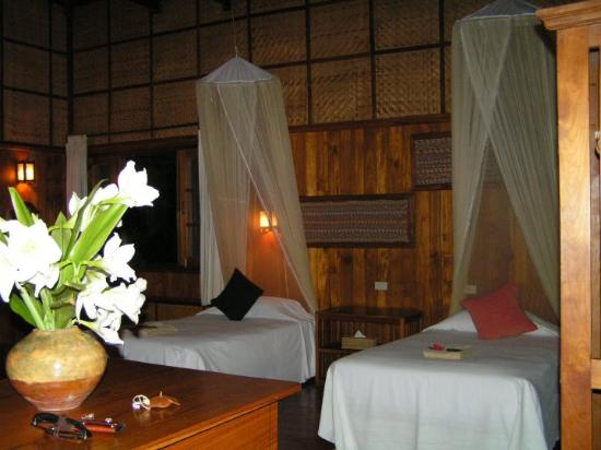 Inle Princess Resort: O quarto com camas de dossel.