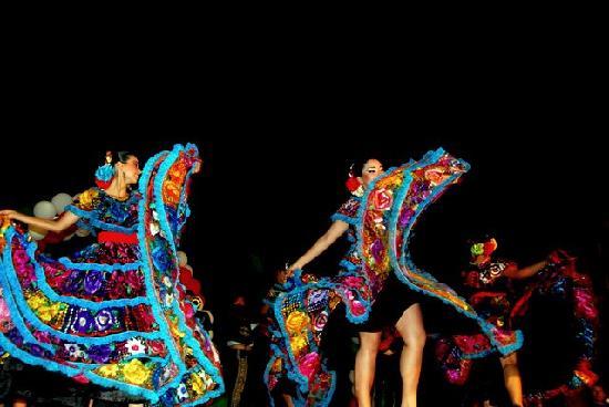 Marival Resort & Suites: Mexican fiesta dancers