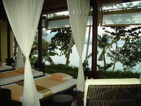Centara Villas Phuket: Vey relaxing open air spa/massage overlooking sea