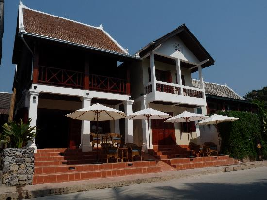 Hotel Villa Deux Rivieres: Entrance of the hotel overlooking the Nam Khan River