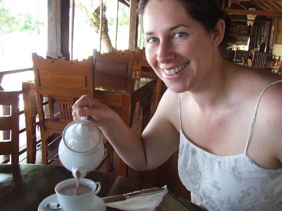 Koh Jum Lodge: For breakfast you can get coffee, tea or HOT CHOCOLATE!!