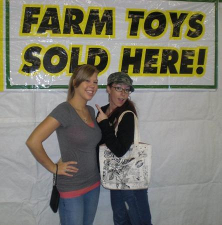 Bedford, Nueva Hampshire: Grace n I at the fair... farm toys lol