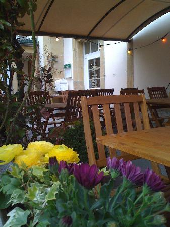 la taverne neuchateloise: La terrasse