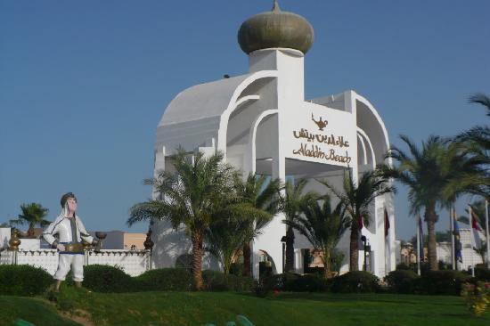 Aladdin Beach Resort: główny wjazd do hotelu