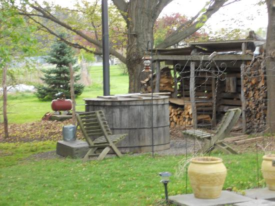 The Inn at Gothic Eves: old fashioned wood burning hot tub