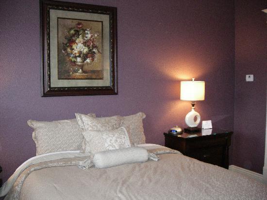 "Tremont Inn On Main : The ""eggplant"" room"