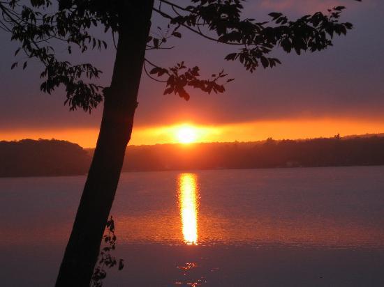 Mariaville Lake Bed & Breakfast: Sunrise over the Lake