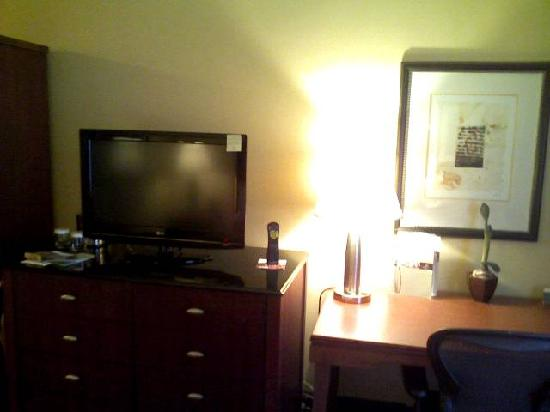 Doubletree Hotel Boston/Westborough: TV and Desk