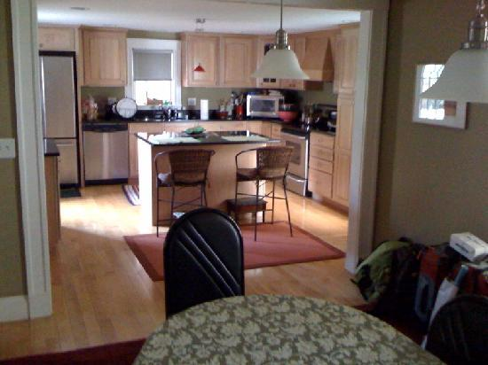 Cambridge Vacation Rental Rooms: Shared Dining Room and Kitchen