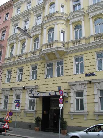 Der Wilhelmshof: Frontseite und Eingang des Hotels