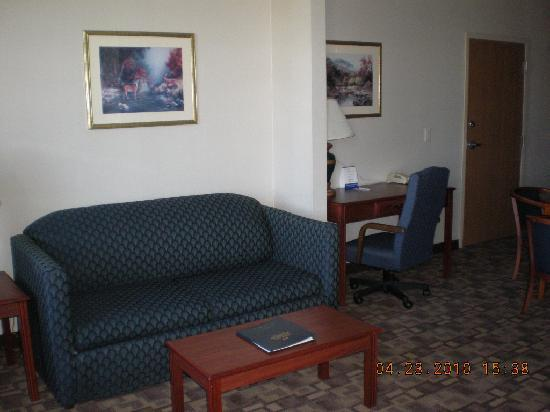 Quality Inn & Suites: Living Room (suite)