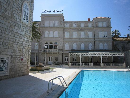 Hotel Lapad: The front of the hotel