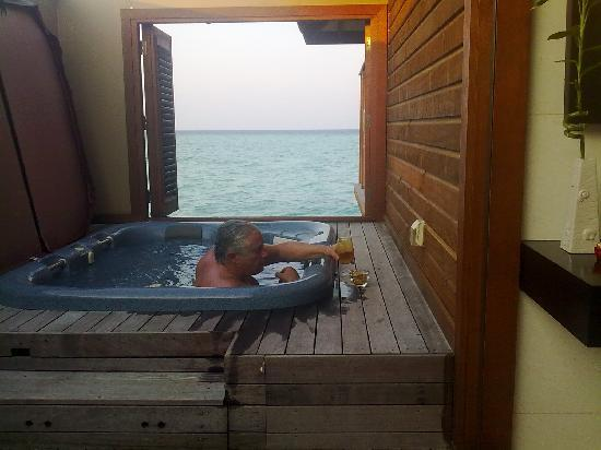 Veligandu Island Resort & Spa: el jacuzzi en el water bungalow