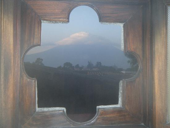 Hotel Casa Concepcion: volcano view from restroom window