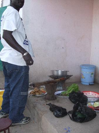 Kotu, Gambia: Kabirou cooking the meal. Fantastic!