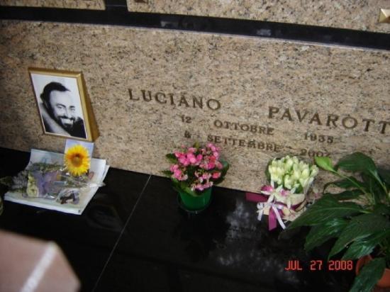 Módena, Italia: Luciano Pavarotti's gravesite in Modena, Italy