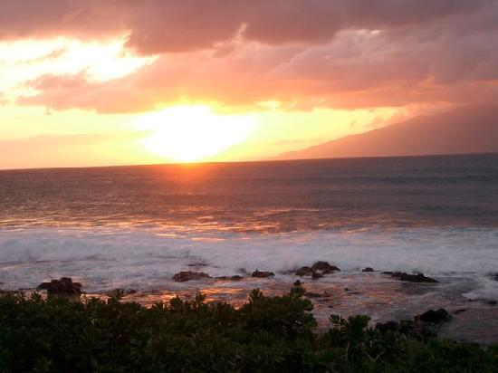 Napili Shores Maui by Outrigger: Sunset at Napili Bay in front of Outrigger Napili Shores