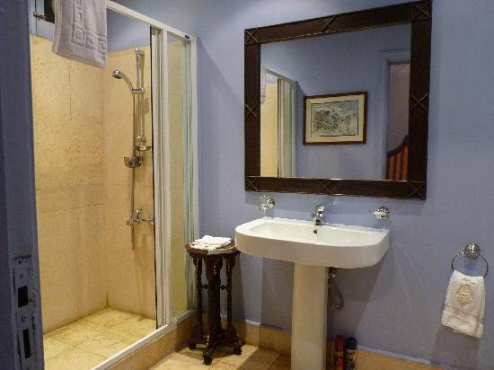 Talisman Hotel de Charme: Bathroom, Rm 18; this was actually a pretty large bathroom