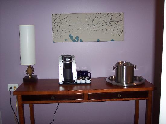 Hotel Indigo Asheville Downtown: Entrance Way Coffee Maker