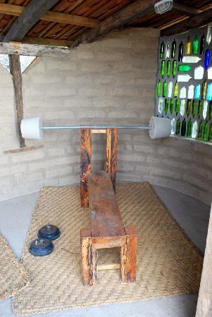 Black Sheep Inn Ecolodge: The fitness center. Notice the homemade barbells.