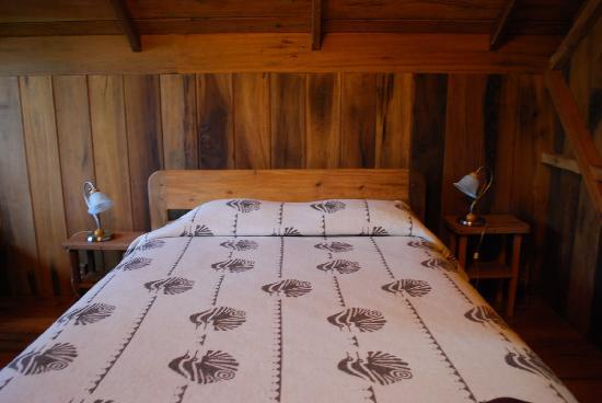 Casa Divina Lodge: Bed (there was a second, twin-sized, bed in the room)