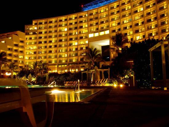 Live Aqua Cancun All Inclusive: Aqua at nite