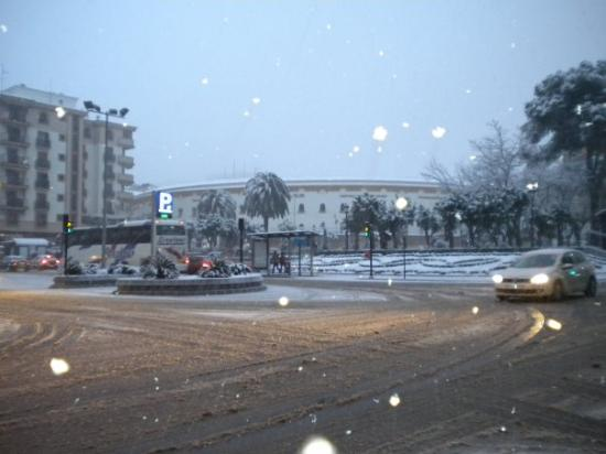 Linares de Ribadesella, España: al fondo la plaza de toros... en primer plano los copos de nieve!!!!