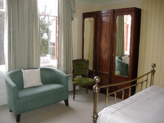 Bienvenue Guesthouse: large sunny bay windows