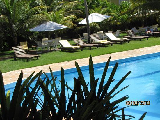 Porto Zarpa Hotel: Vista de jardín y  piscina