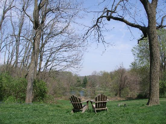 Fairville Inn Bed and Breakfast: Seats overlooking meadow and lake