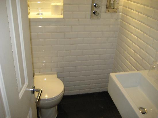 Kemp Townhouse: Very compact wetroom