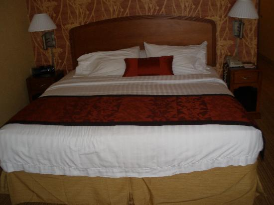 Courtyard Lebanon: nice bedding no floral stuff
